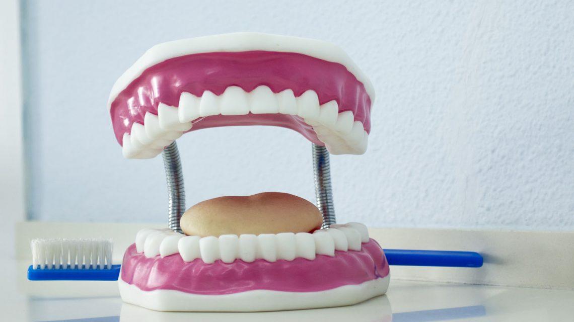 Cuidado y limpieza prótesis dentales - Clínica dental en Sevilla