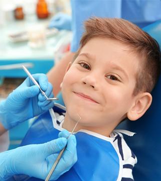 ¿Cuándo se debe llevar a los niños por primera vez al dentista? - Clínica dental en Sevilla